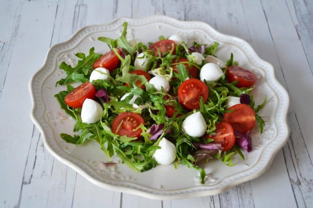 Салат из помидорок черри и сырного соуса
