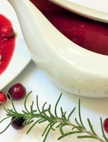 Мясной пай с клюквенным соусом на вине