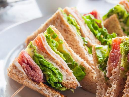 Ржаной сэндвич с копчёной рыбой и шпинатом