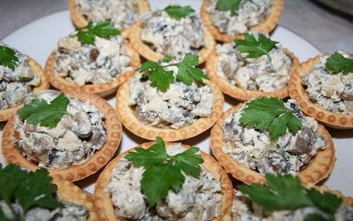 Салат-закуска с грибами и курицей