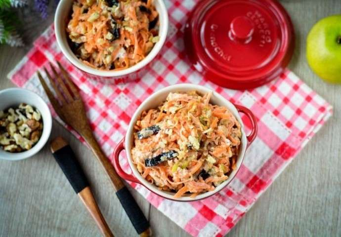 Сладкий салат из чернослива и моркови