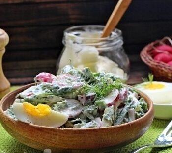 Салат со шпинатом и яичком