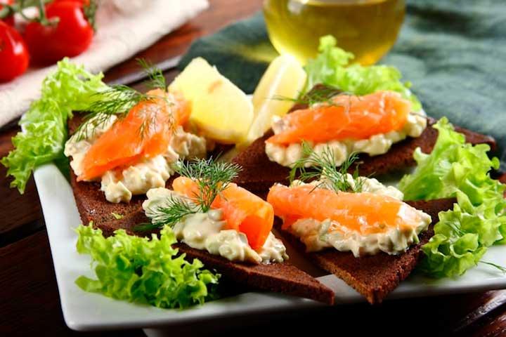 Бутерброды с лососем и авокадо
