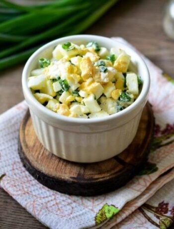 Салат с яйцами и луком на ужин