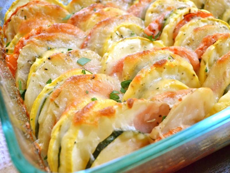 Летняя радуга: разноцветные овощи, запеченные с сыром