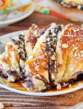 Пирог с шоколадной пастой, орехами и маком