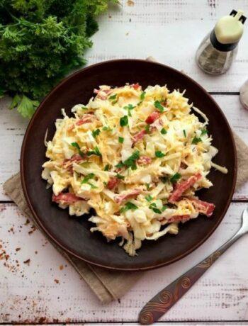 Салат из белокочанной капусты, салями и сыра