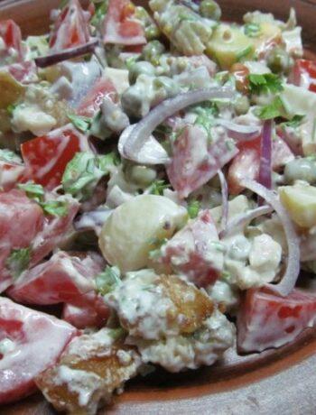 Салат из жареной рыбы с помидорками
