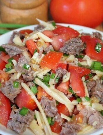 Салат с говядиной, грецкими орехами и сыром