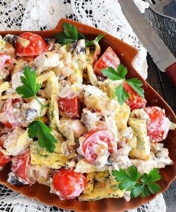 Салат с курицей, яичными блинчиками, томатами и грибами