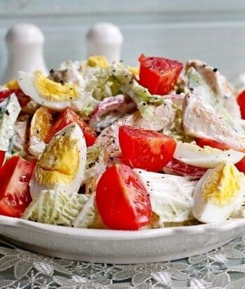 Салат с куриной грудкой, йогуртом и овощами