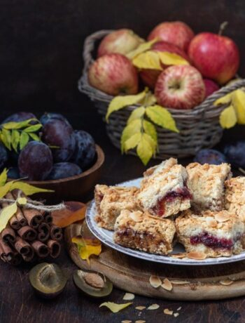 Тёртый пирог с яблочным и сливовым джемом